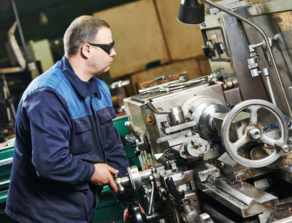 Pracovník ve strojírenském průmyslu